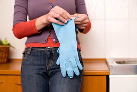 жена wearing rubber gloves