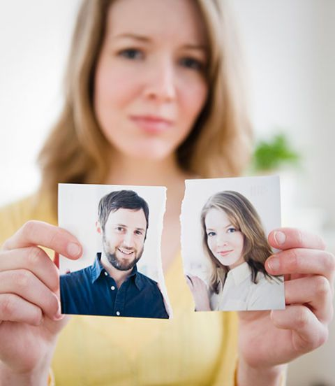 ženska holding ripped photograph of couple