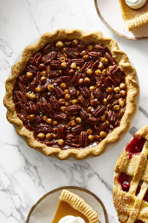 сољено caramel mixed nut pie